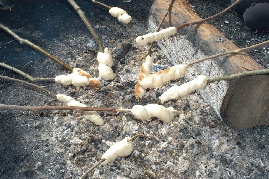 Broodjes bakken op kampvuur